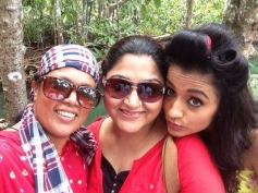 Khusboo & Trisha in Aranmanai 2