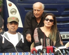 Mukhesh Bhatt, Pooja Bhatt on the set of Cabaret