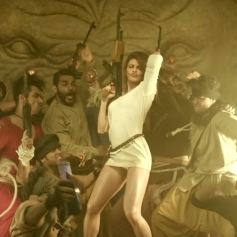 Jacqueline Fernandez dance moves in Dishoom