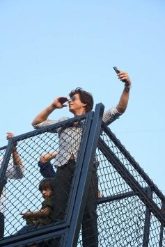 Shahrukh Khan Waves At His Fans For His Birthday At Mannat