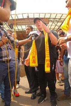DJ Hardwell Visits Siddhivinayak Temple