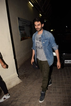 Kartik Aryan With His Girlfriend Spotted At Juhu PVR