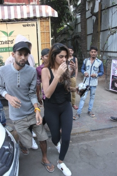 Kartik Aaryan With Girlfriend Spotted At Farmer's Cafe Bandra