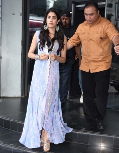 Jhanvi Kapoor Ishan Khattar Walk Hand in Hand At Press Conference In Lucknow Photos