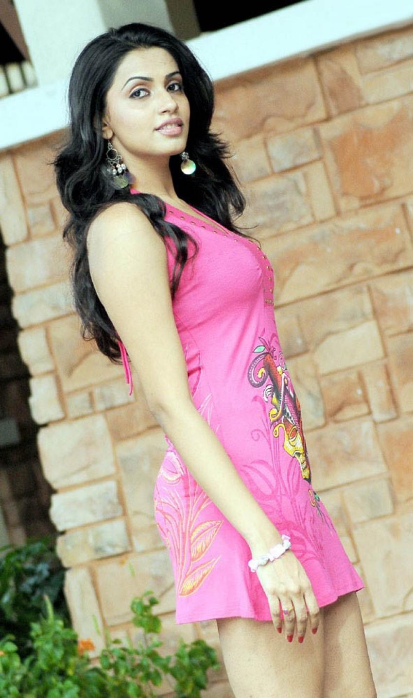 Uyarthiru 420 Photos