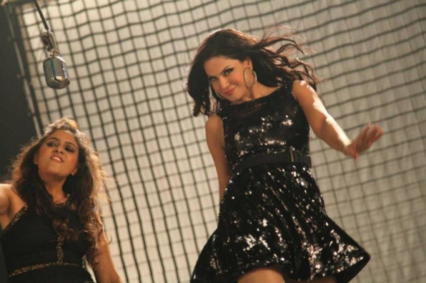 Veena Malik's AC Chalaa Garmi Baadi Hai Song On The Sets Photos