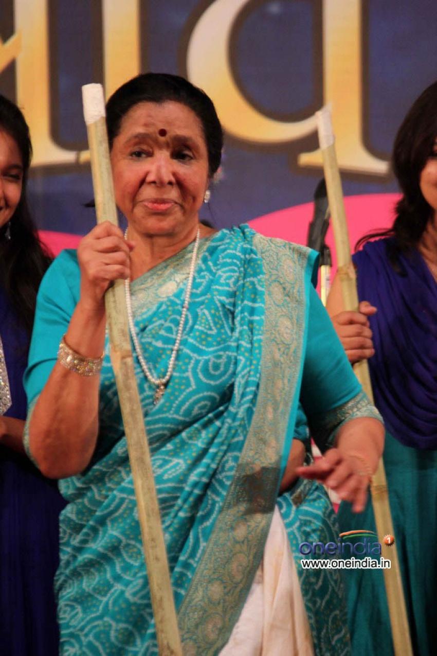 Asha Bhosle receives Hridayanath Mangeshkar Award Photos