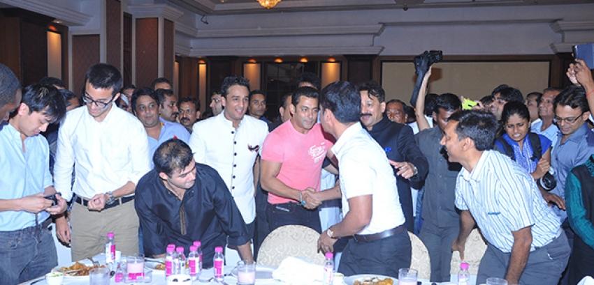 Shahrukh-Salman Hug And Make Up At Baba Siddiqui's Iftar Party Photos