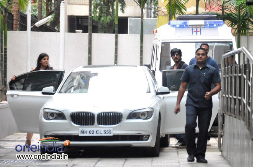 Celebs pay visit to Hrithik Roshan at Hinduja Hospital Photos