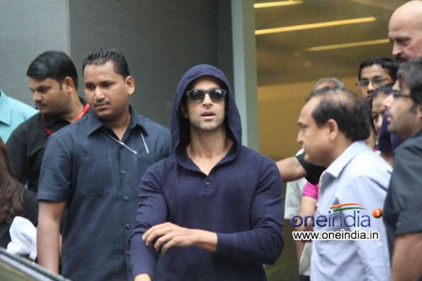 Hrithik Roshan leaves Hospital after Surgery Photos