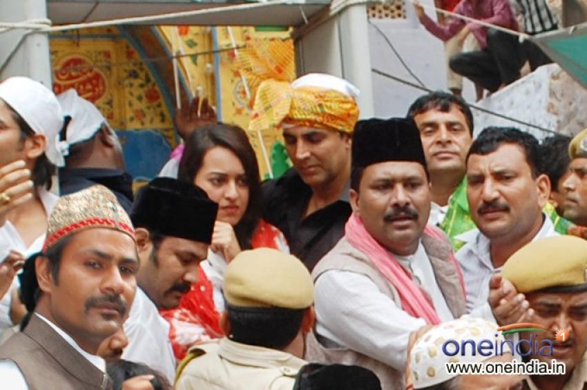 Akshay Kumar and Sonakshi Sinha visits Ajmer Sharif Dargah Photos