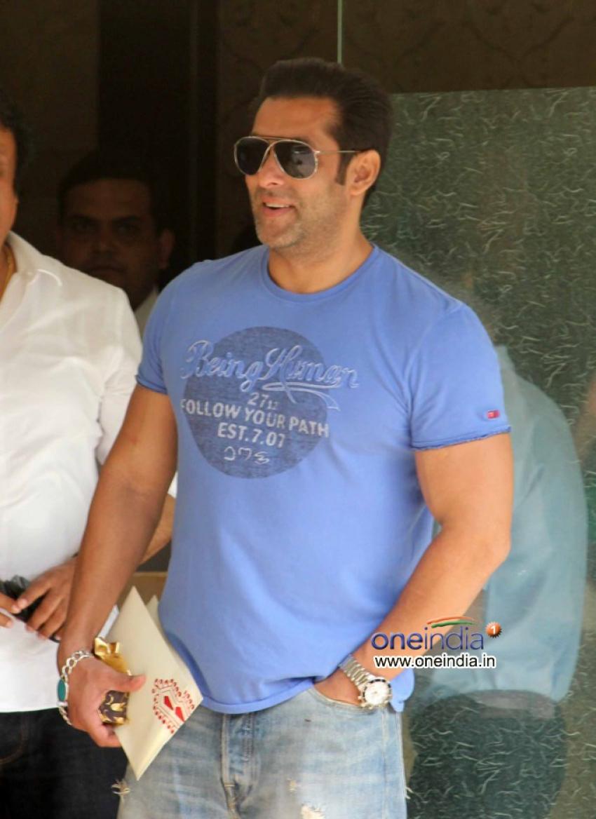 Salman Khan celebrates Raksha Bandhan 2013 Photos