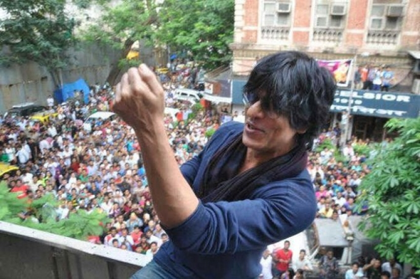 SRK celebrates the success of Chennai Express with fans Photos