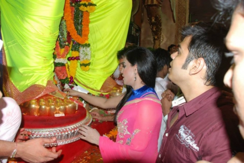 Veena Malik visits Lalbaugcha Raja Photos