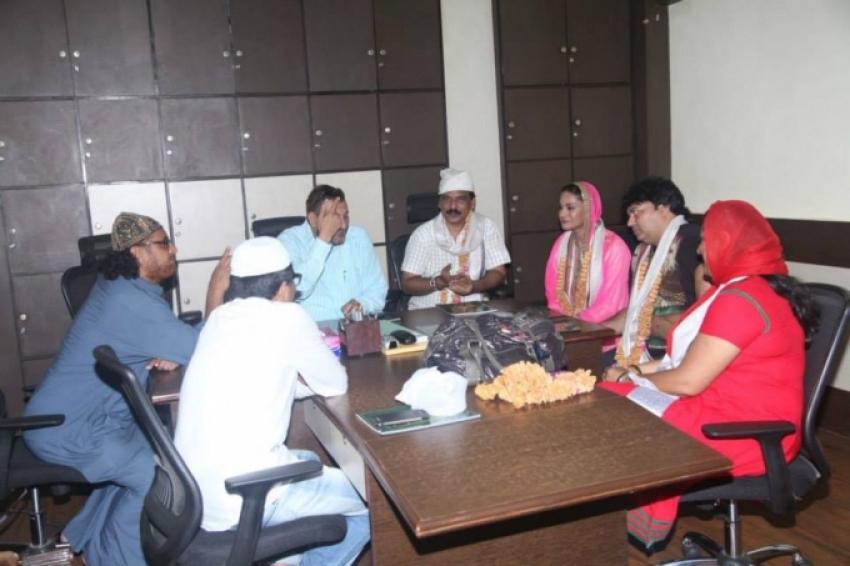 Veena Malik visits Hazrat Makhdum Fakih Ali Mahimi Dargah Photos