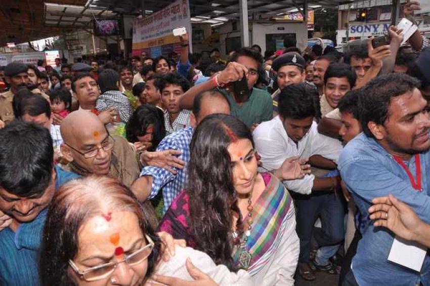 Vidya Balan visits Siddhivinayak temple Photos