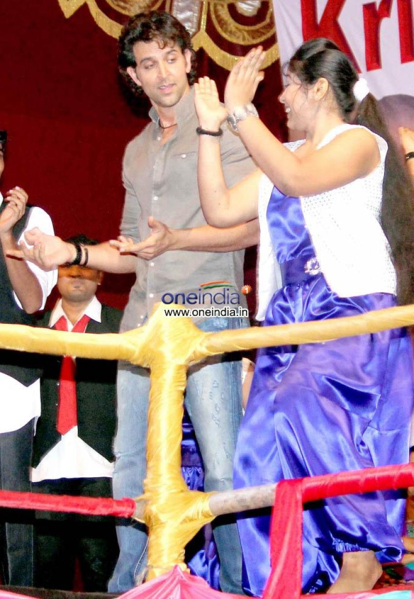 Hrithik Roshan Graces Dandiya at Vile Parle Photos