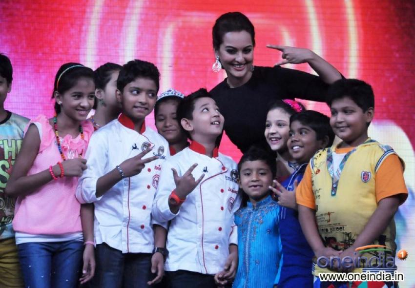 Sonakshi Sinha promotes R... Rajkumar on Junior MasterChef sets Photos