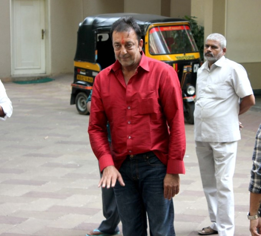 Sanjay Dutt reaches home after getting parole for 14 days ...