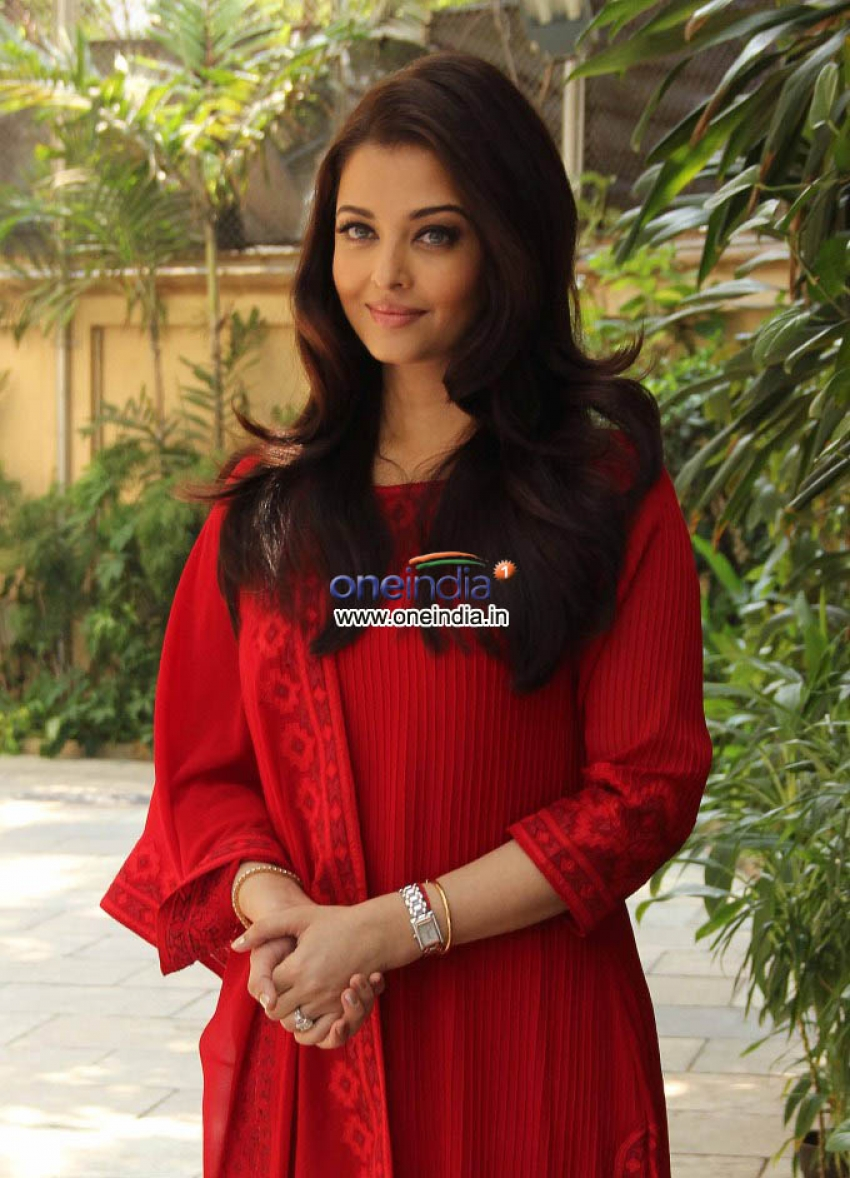 Aishwarya Rai Celebrates her Birthday with Media Photos