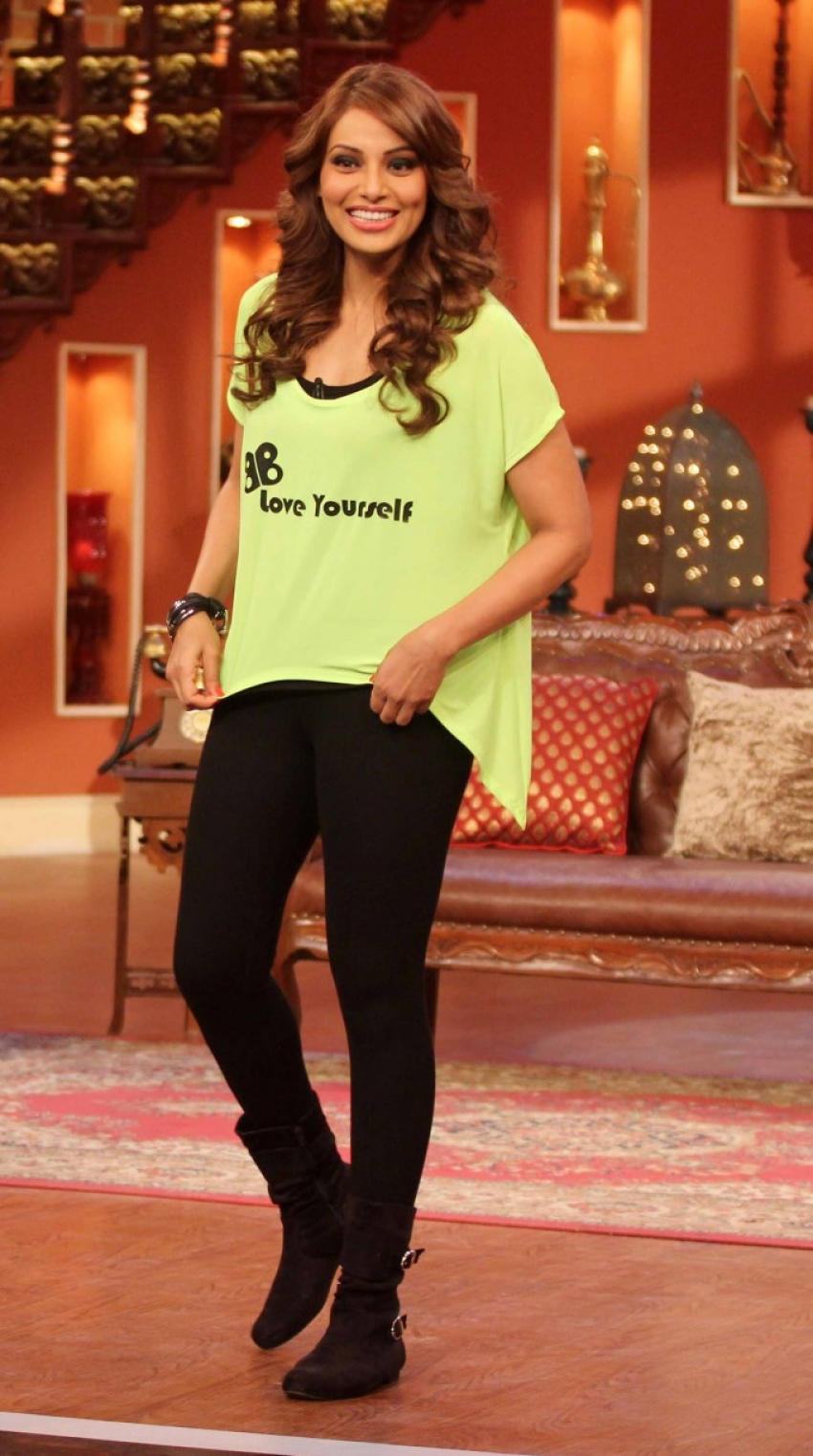 Bipasha Basu on The Sets of Comedy Nights Photos