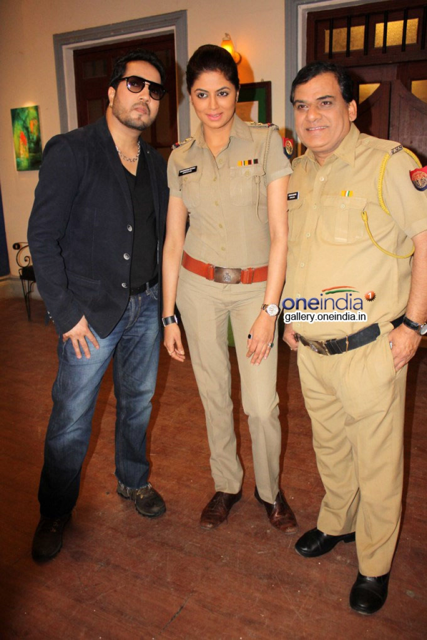 Mika Singh and Kavita Kaushik on the sets of FIR Photos