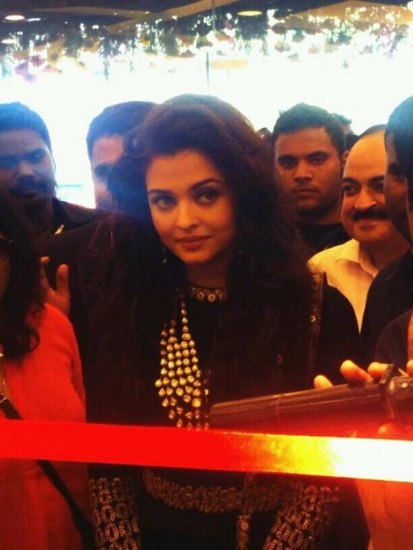 Aishwarya Rai inaugrates Kalyan Jewellers in New Delhi Photos