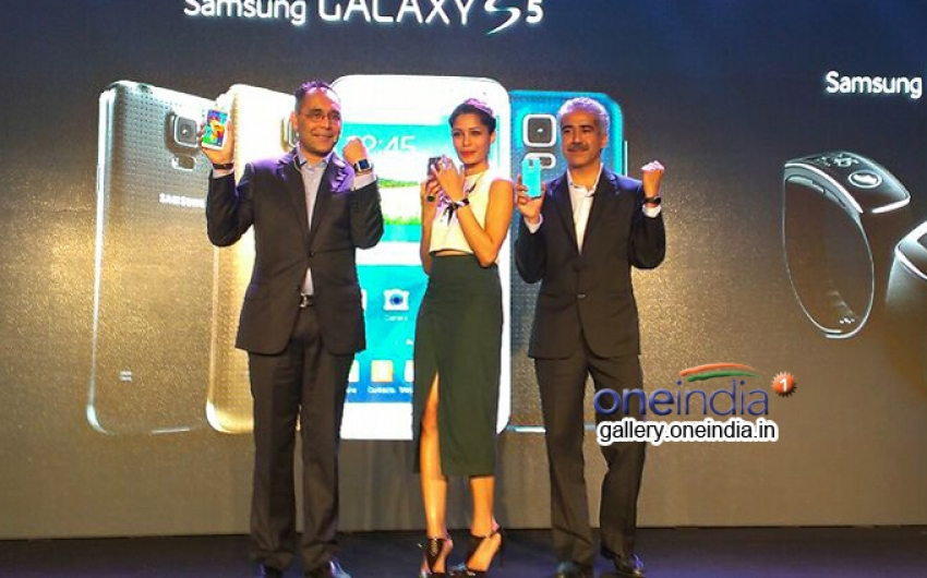 Freida Pinto launches Samsung Galaxy S5 gear in India Photos
