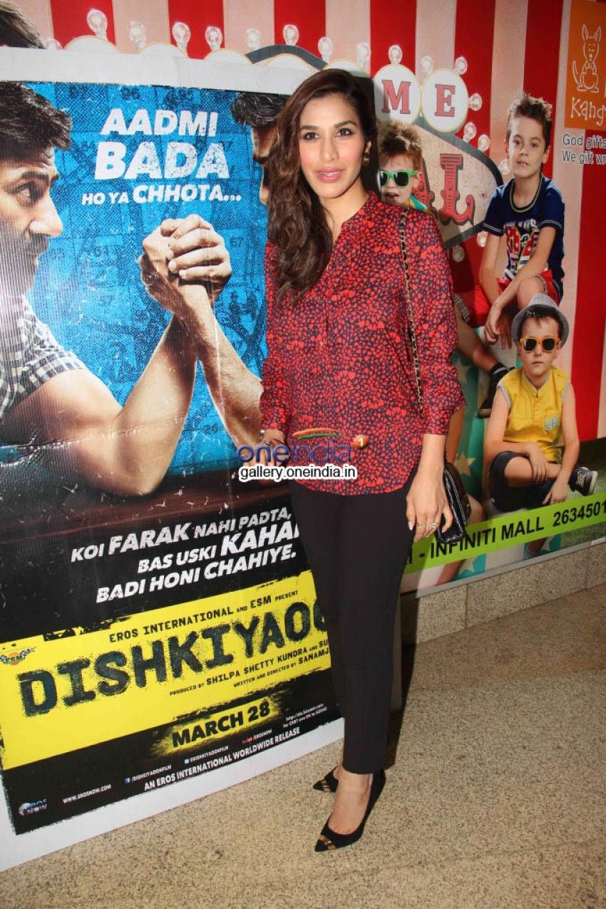 Bipasha Basu and Shilpa Shetty at Dishkiyaoon film screening Photos