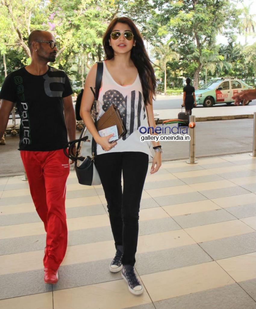 Anushka Sharma snapped at Mumbai airport Photos