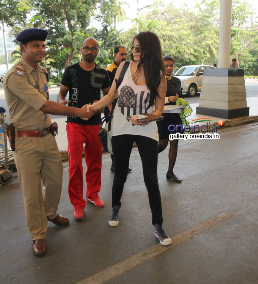Anushka Sharma snapped at Mumbai airport Photos