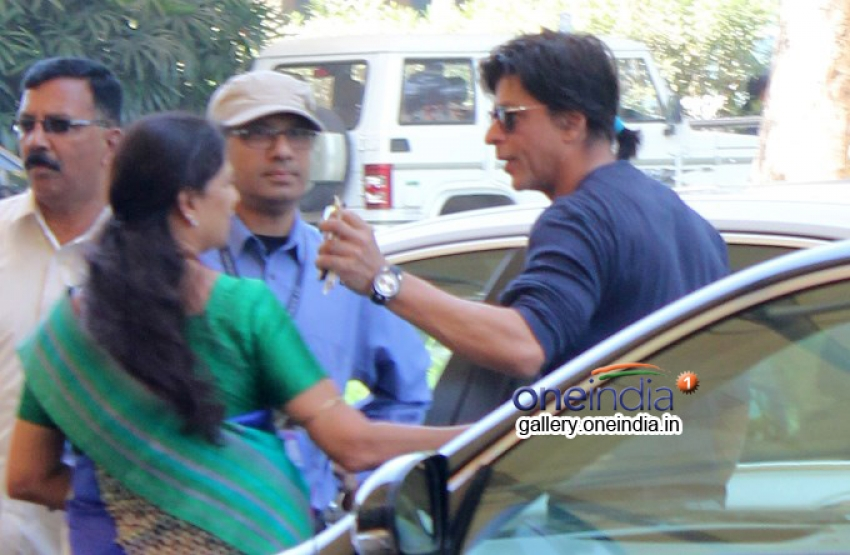 SRK snapped at domestic airport leaving for Delhi Photos