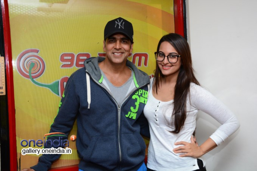 Akshay and Sonakshi promotes Holiday at Radio Mirchi Photos