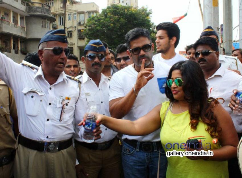 Suniel Shetty Distribute Water Bottles to Mumbai Traffic Police Photos