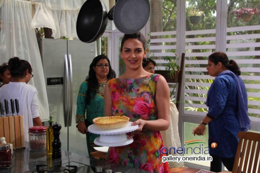 Esha Deol snapped on a Food show Photos