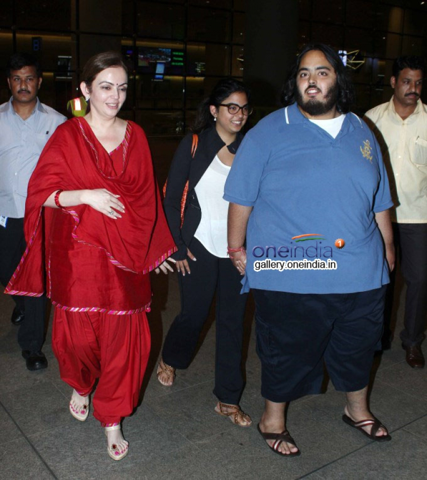 Neeta Ambani Receive her Daughter Isha Ambani at Airport Photos