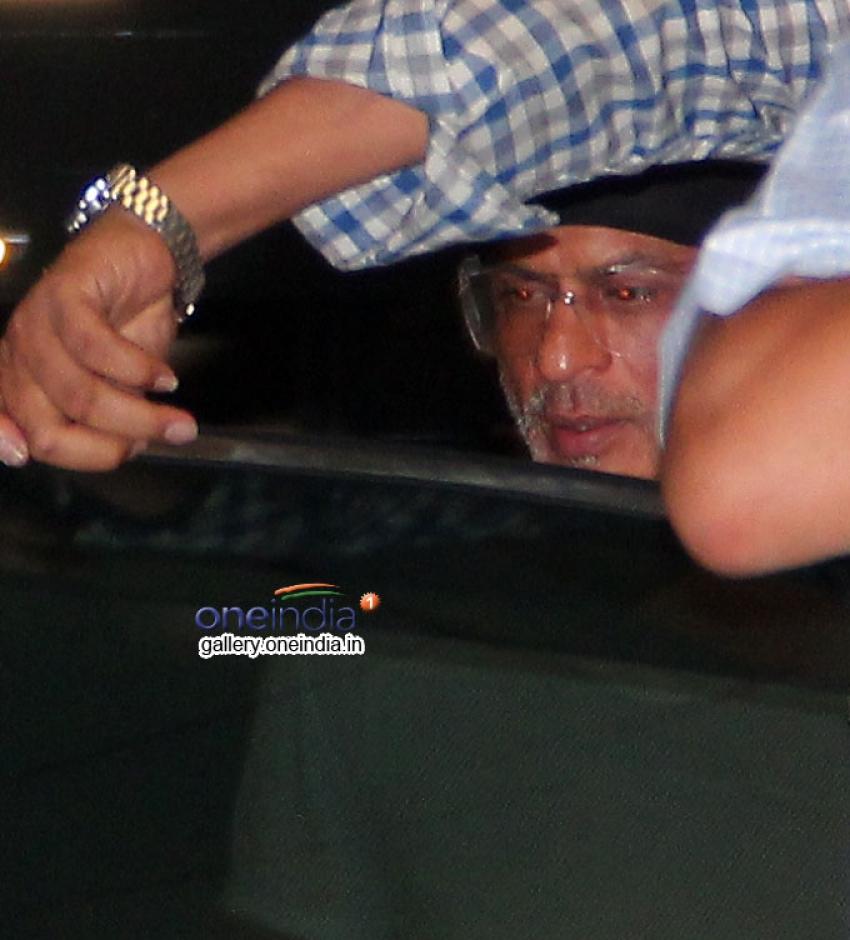 Shahrukh Khan Snapped at Bandra Photos