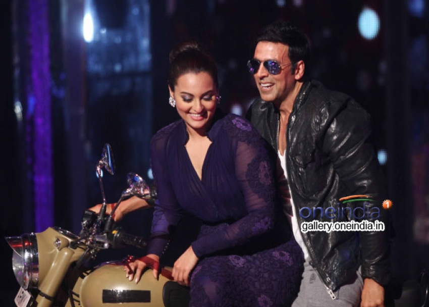 Akshay and Sonakshi promote 'Holiday' on Jhalak Dikhhla Jaa 7 Photos