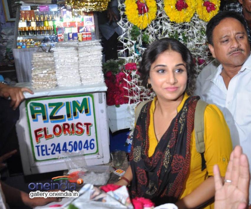 Vidya Balan Prays at Mahim Dargah Photos