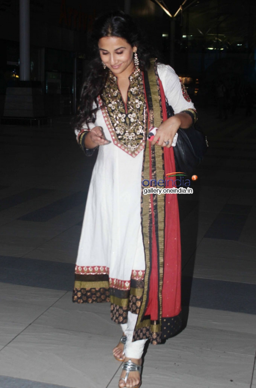 Vidya Balan snapped at Domestic Airport Photos