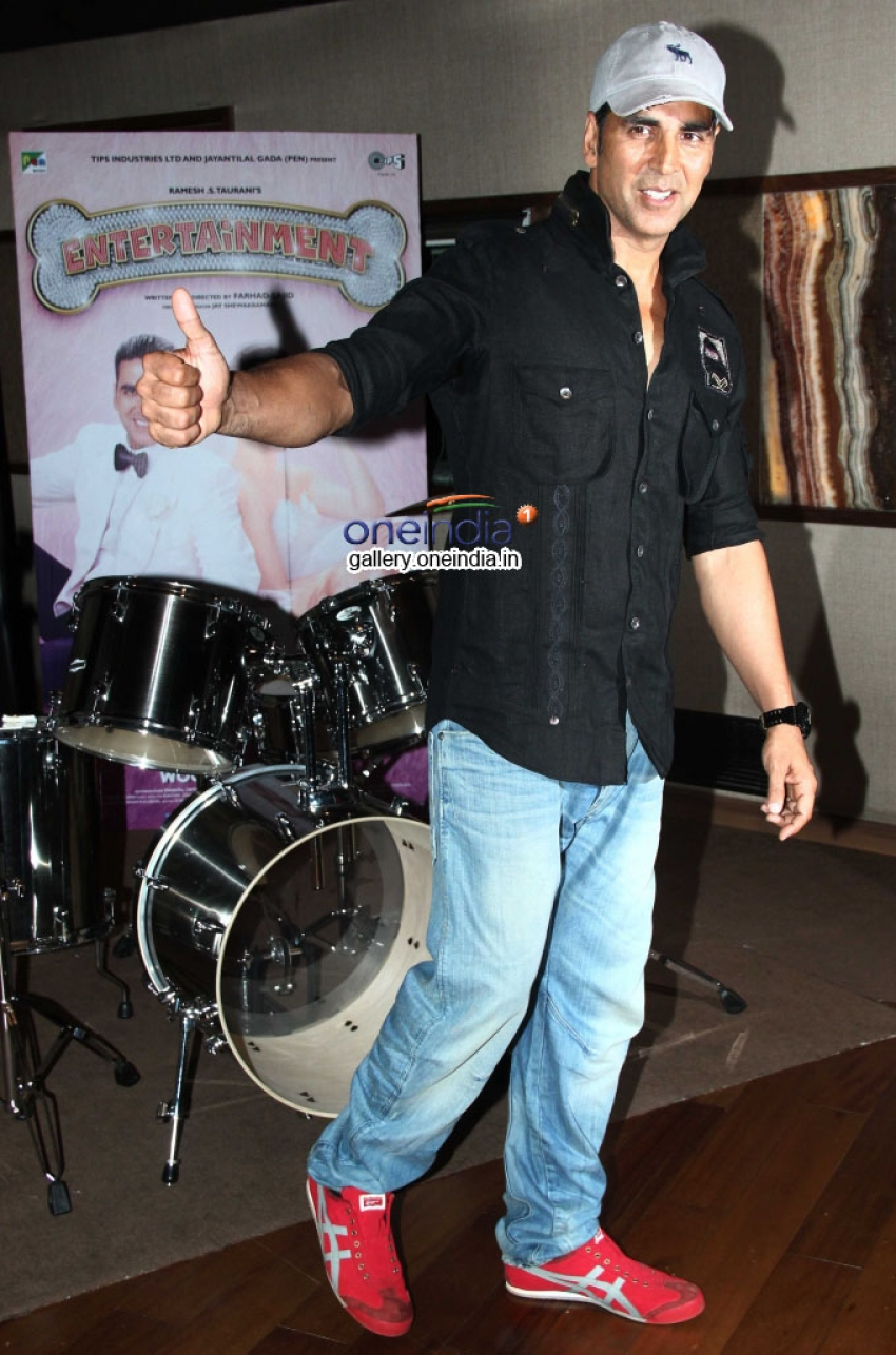 Akshay Kumar sings live to promote Entertainment Photos