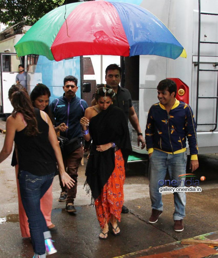 Malaika Arora Khan and Amrita Arora Snapped on the sets of Dolly ki Doli Photos