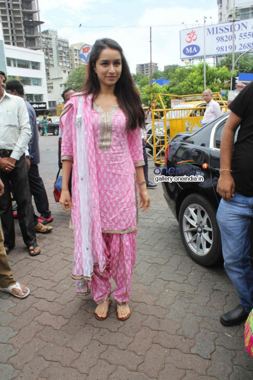 Shraddha Kapoor at Siddhivinayak Temple for Success of Ek Villain Photos