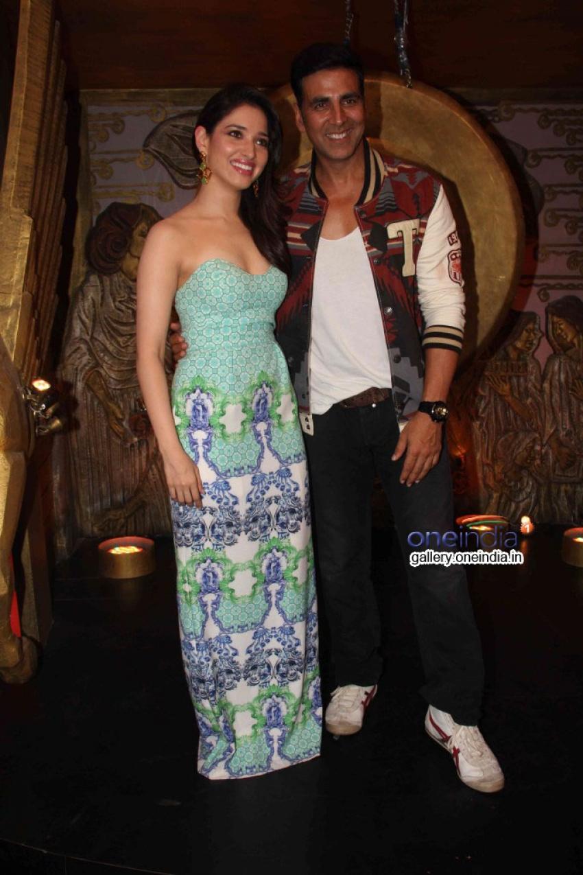 Akshay Kumar Promotes Entertainment on the sets of Entertainment Ke Liye Kuch Bhi Karega Photos