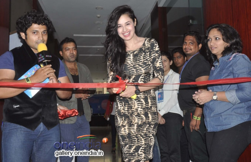 Yuvika Chaudhary inaugurated Femina Carnival Pune 2014 Photos