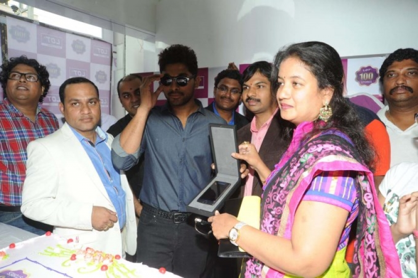 Allu Arjun inagurated LOT Showroom Photos