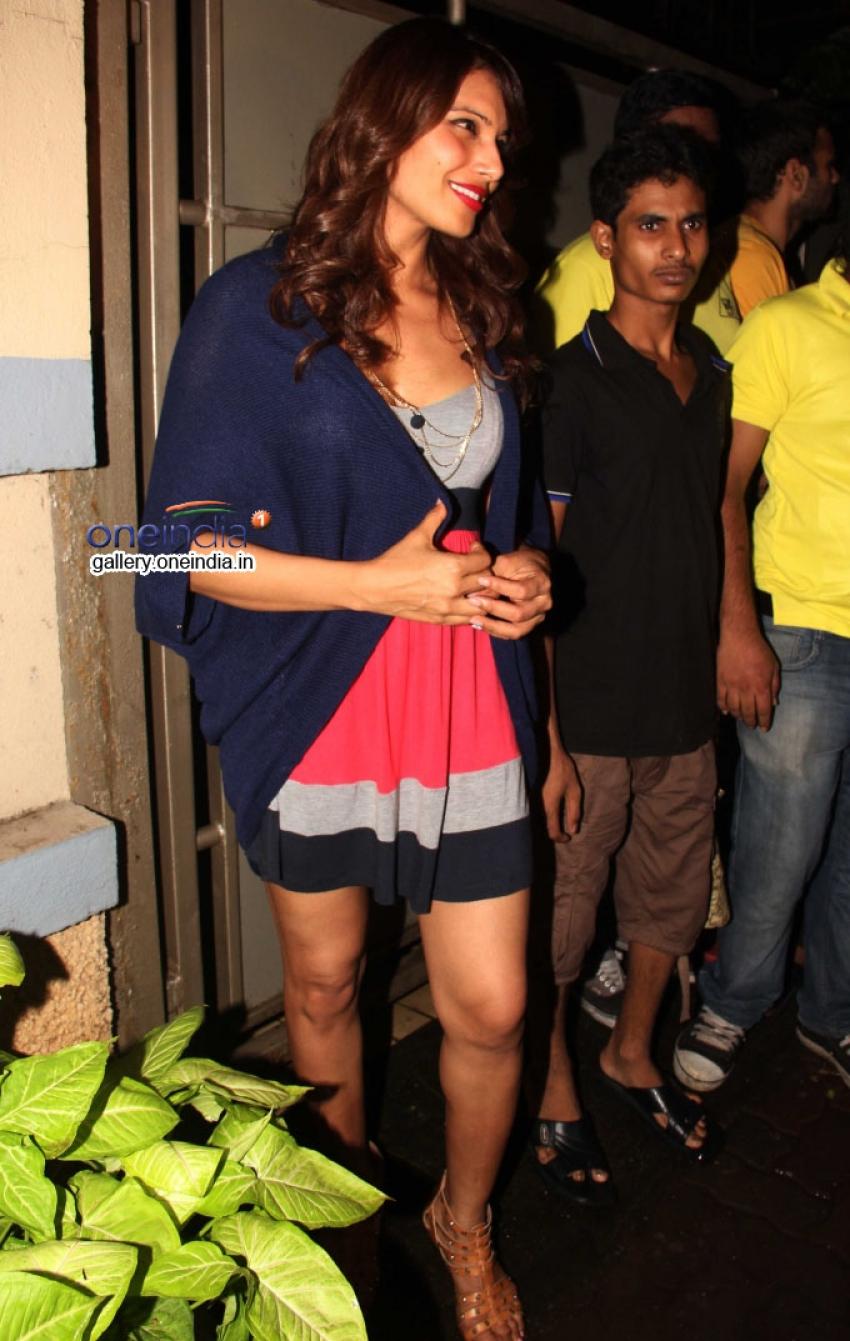 Bipasha Basu snapped at restaurant in Bandra Photos