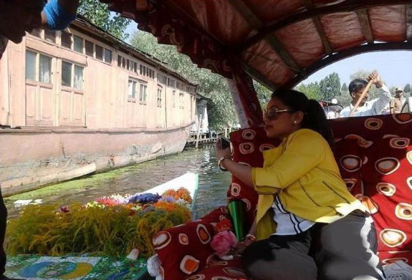 Rani Mukherjee Enjoys Boat Ride in Srinagar Photos