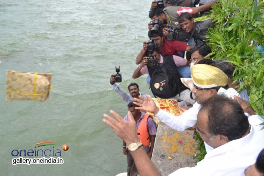Siddaramaiah offers bagina at KRS Photos