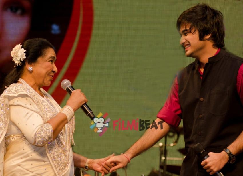 Asha Bhosle, Siddhant Bhosle and Sudesh Bhosle Perform At A Concert Photos
